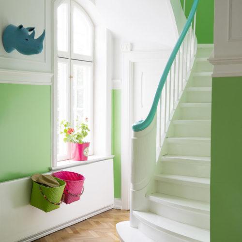 trappa turkost räcke gröna väggar
